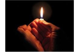 Một giáo dân cầu nguyện cho cha sở