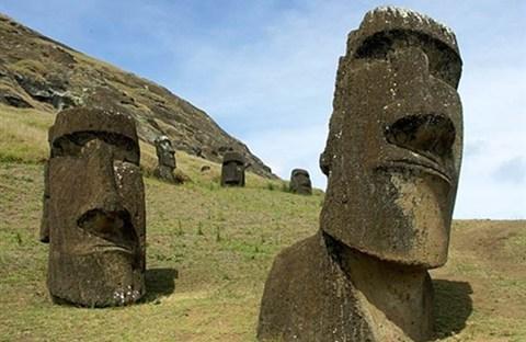 Những bức tượng đá (còn gọi là moai) trên Đảo Phục Sinh