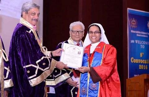 Nữ đan sĩ nhận bằng Tiến sĩ ngành kỹ thuật hàng không