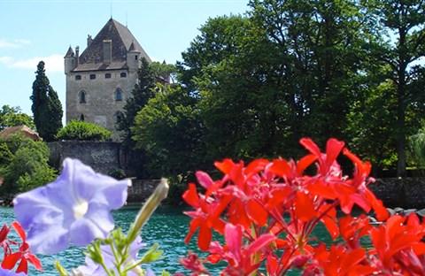 Làng Yvoire (Pháp), 700 tuổi cổ kính lãng mạn với hoa phủ quanh năm