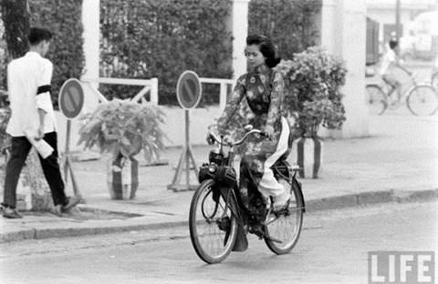 Sài Gòn xưa: Solex với áo dài