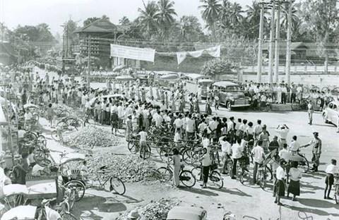 Người Thái ăn tết té nước Song Kran thuở còn toàn đi xe đạp