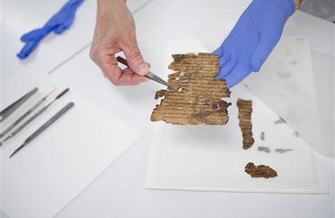 """Bản văn dấu kín được tìm thấy trên Sách Cuộn """"trắng chữ"""" của Biển Chết"""