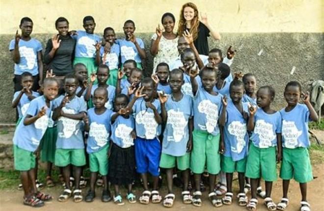 Gương một người trẻ quảng đại: thiếu nữ mới 21 tuổi ở Amarillo TX thành lập một trường khiếm thính ở Uganda