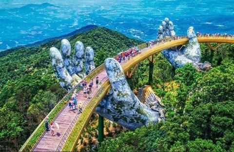 Ngắm cảnh từ cây cầu vàng được nâng đỡ bởi đôi bàn tay khổng lồ ở Đà Nẵng