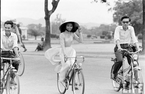 Thiếu nữ áo dài Huế xưa trên xe đạp