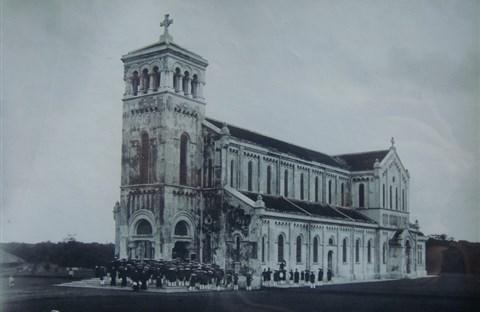 Nhà Thờ Ðức Mẹ La Vang –  Lê Ngọc Huệ với quần thể tượng 15 Mầu  Nhiệm Mân Côi