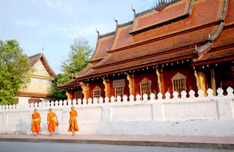 Luang Prabang thoáng bóng cà sa