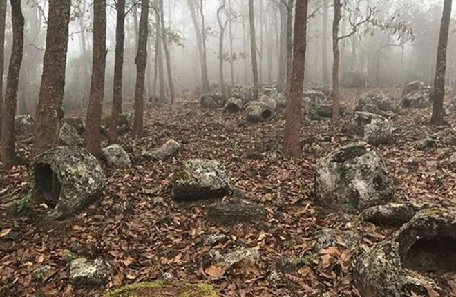 Phát hiện hơn 100 chiếc chum đá 1000 năm tuổi bí ẩn ở Lào