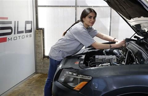 Thợ sửa xe nữ hiếm hoi, xinh đẹp gây chú ý ở đất nước Lebanon