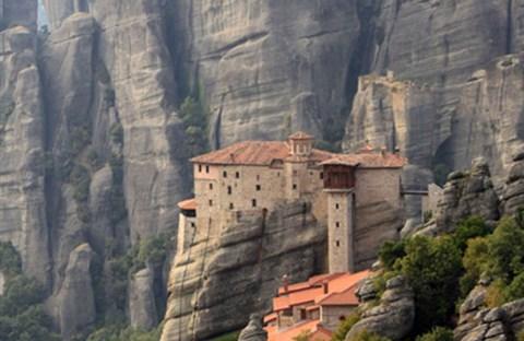 """Tu viện """"cô đơn"""" cheo leo trên đỉnh núi"""