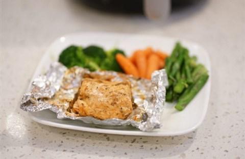 Cá hồi ướp sa tế nướng giấy bạc