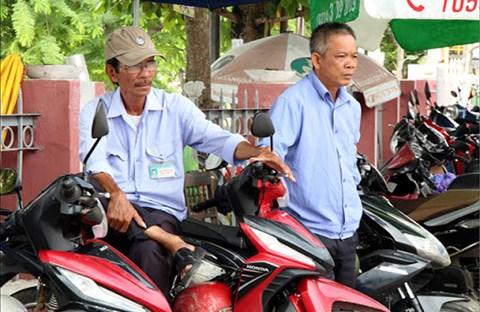 Người lái xe ôm trên phố Sài Gòn