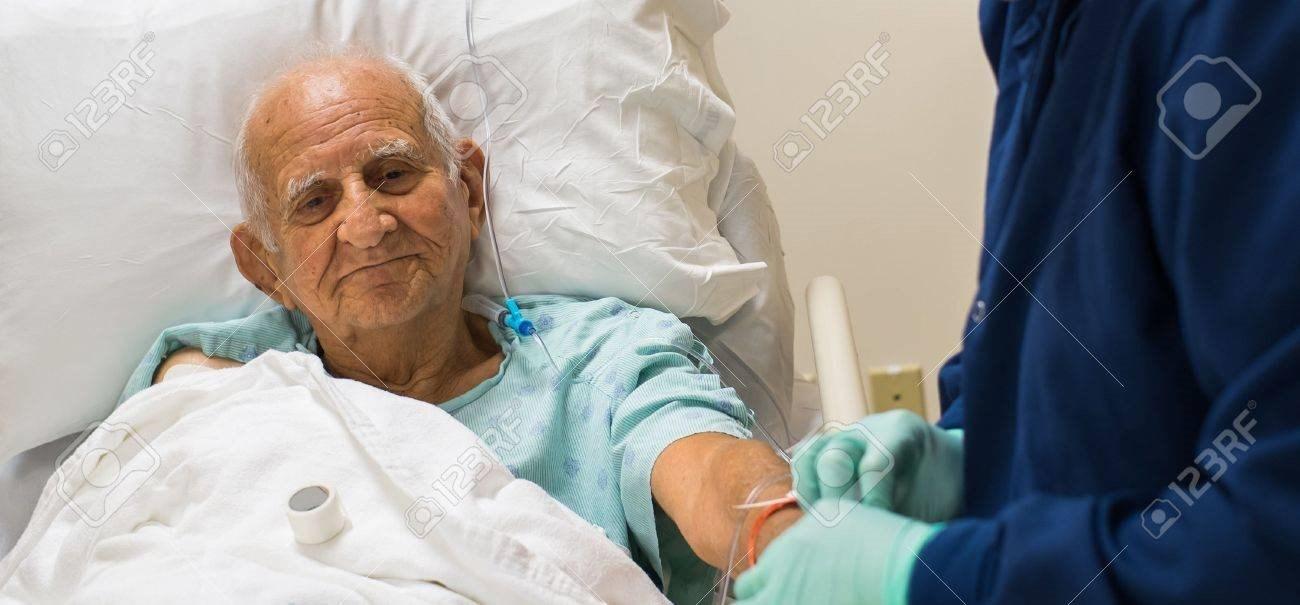 Anh lính nắm chặt tay cha hấp hối suốt đêm trong viện, sau đó anh tiết lộ sự thật khiến cô y tá ... - 1