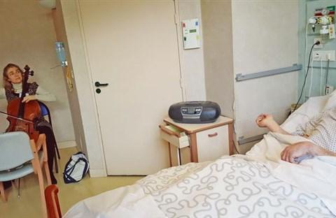 Claire Oppert, nữ nhạc sĩ viôlôngxen chăm sóc bệnh nhân bằng âm nhạc
