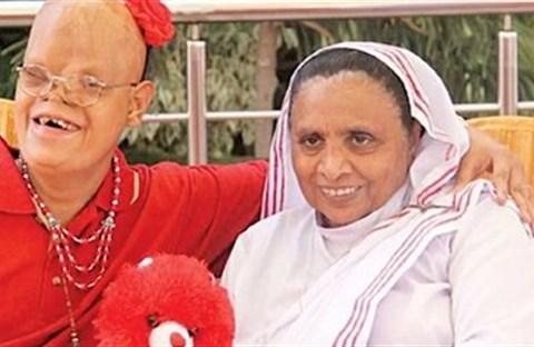 """Sơ Ruth Lewis, """"Mẹ của những người bị lãng quên"""" ở Pakistan qua đời vì coronavirus"""