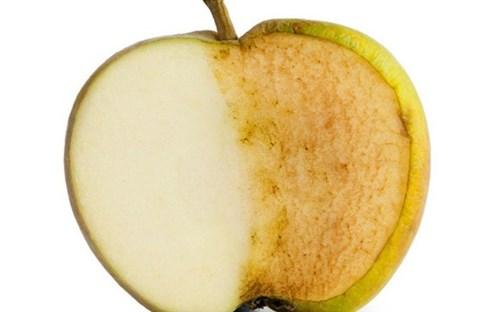 Vì sao táo vừa mới gọt lại bị xỉn màu?