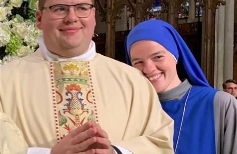 Hai chị em nghèo, chị làm nữ tu, em làm linh mục