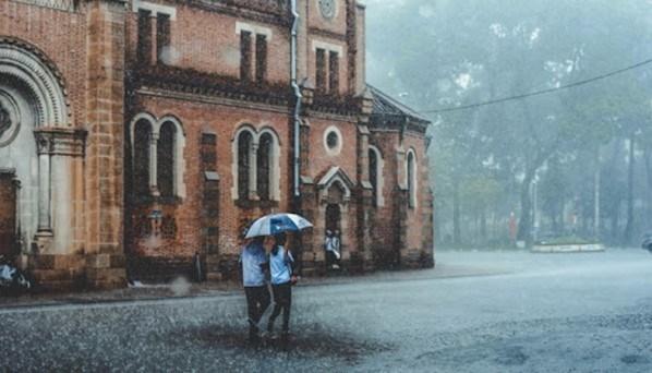 Hoài niệm về mùa mưa của Sài Gòn xưa với những cơn mưa bất chợt không hề báo trước - 1