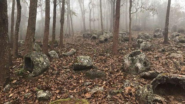 Phát hiện hơn 100 chiếc chum đá 1000 năm tuổi bí ẩn ở Lào - 1