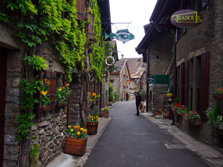 Làng Yvoire (Pháp), 700 tuổi cổ kính lãng mạn với hoa phủ quanh năm - 3