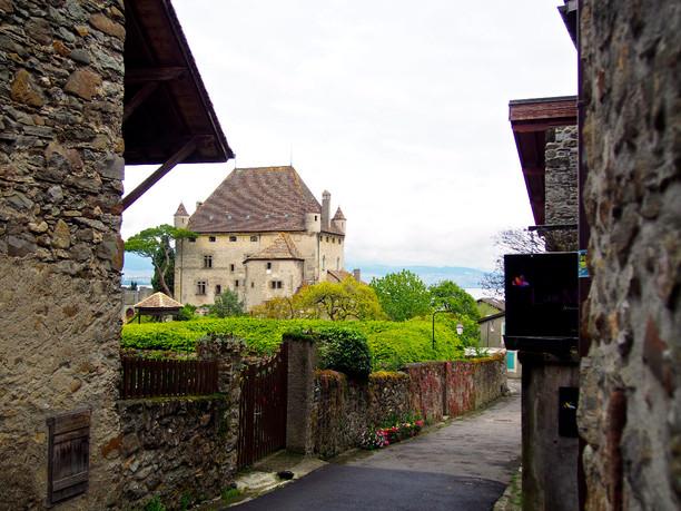 Làng Yvoire (Pháp), 700 tuổi cổ kính lãng mạn với hoa phủ quanh năm - 5