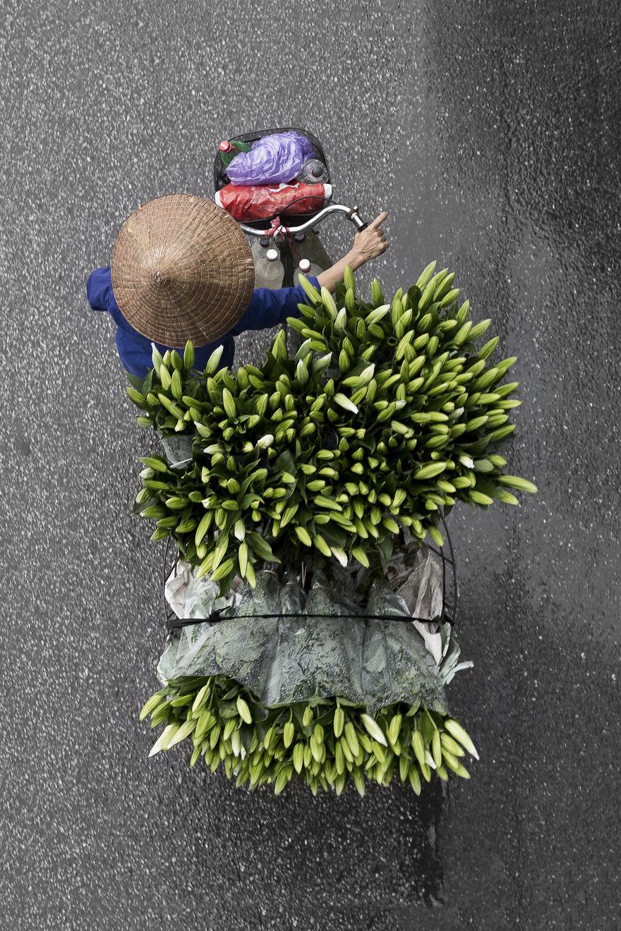 Bộ ảnh tuyệt đẹp về những người bán hàng rong tần tảo sớm hôm - 2