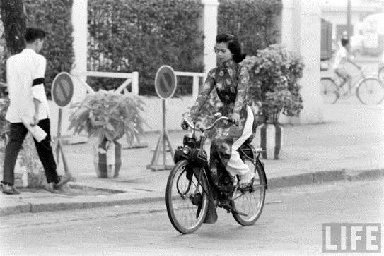 Sài Gòn xưa: Solex với áo dài - 1