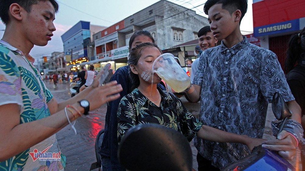 Ngày Tết đẫm nước của người dân Lào - 15