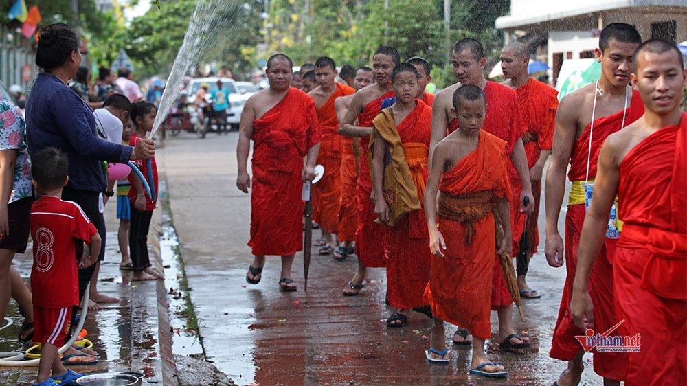 Ngày Tết đẫm nước của người dân Lào - 2