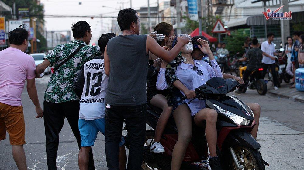 Ngày Tết đẫm nước của người dân Lào - 12