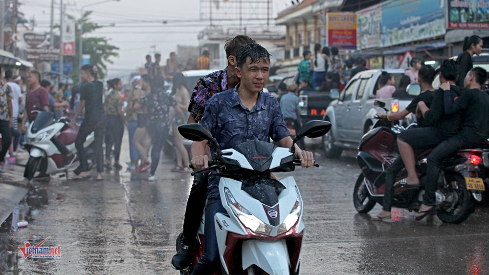 Ngày Tết đẫm nước của người dân Lào - 16