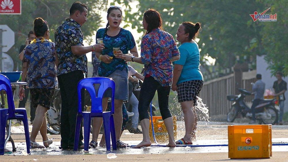Ngày Tết đẫm nước của người dân Lào - 14