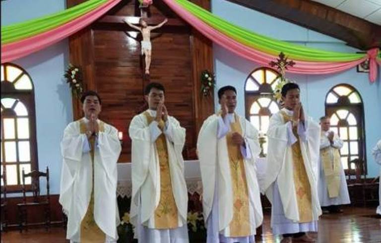 Giáo hội Lào mới có thêm 4 tân linh mục - 1