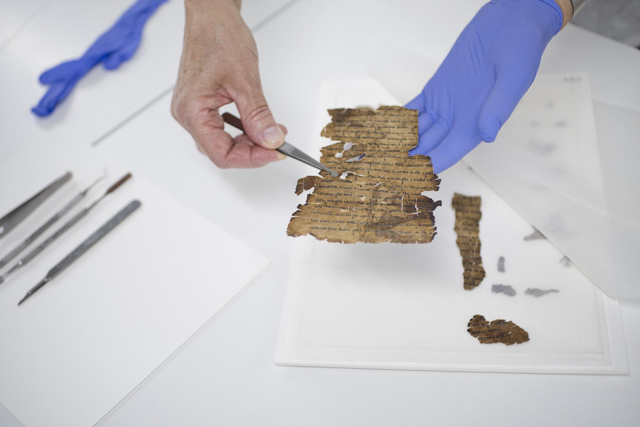 """Bản văn dấu kín được tìm thấy trên Sách Cuộn """"trắng chữ"""" của Biển Chết - 1"""