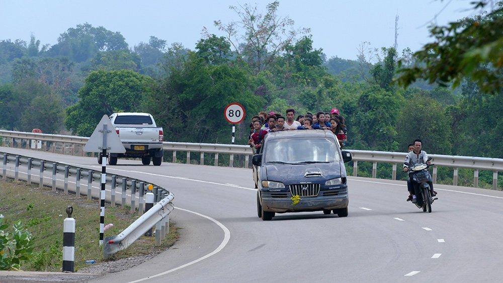 Giao thông kỳ lạ ở Lào - 2