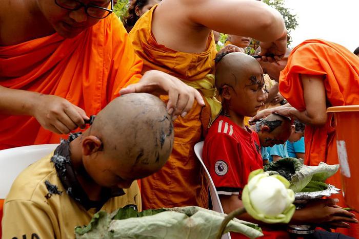 Nghi lễ 'Quy y cửa Phật' của những cậu bé xinh như hoa ở Thái Lan - 2