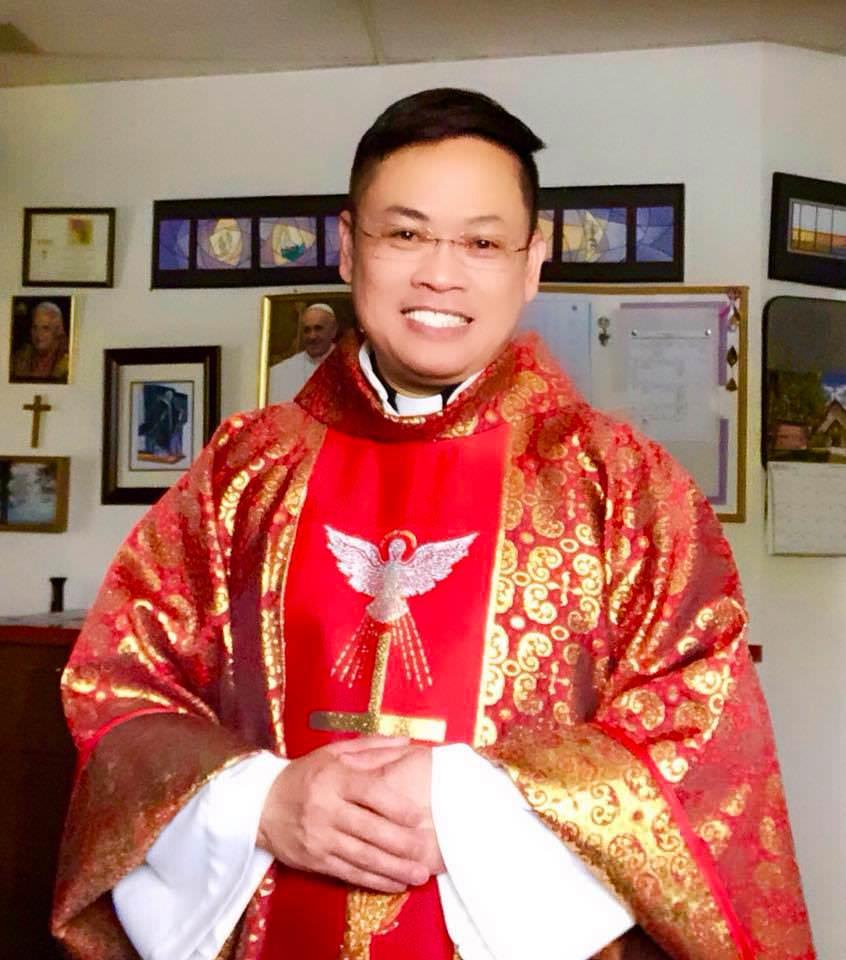 Cậu bé bán bánh trước nhà thờ giờ trở thành linh mục - 4