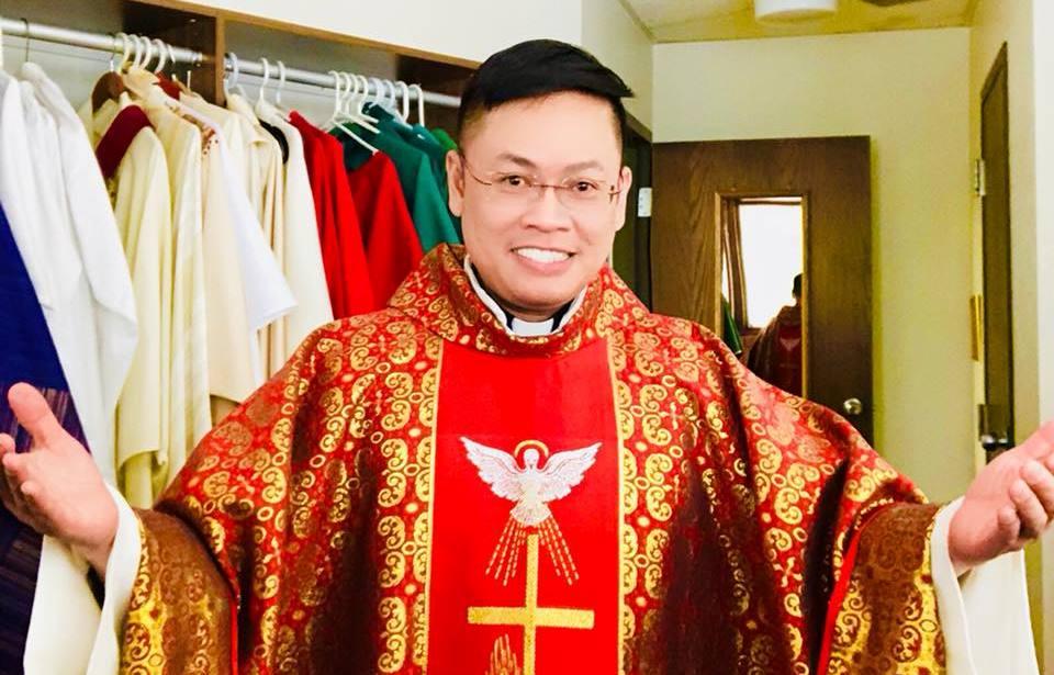 Cậu bé bán bánh trước nhà thờ giờ trở thành linh mục - 6