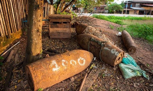 Những quả bom từ thời chiến tranh được người Lào tận dụng trong cuộc sống - 1