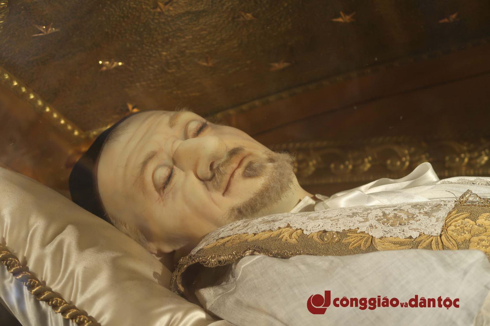 Viếng di hài thánh Vinh sơn Phaolô tại Paris - 1