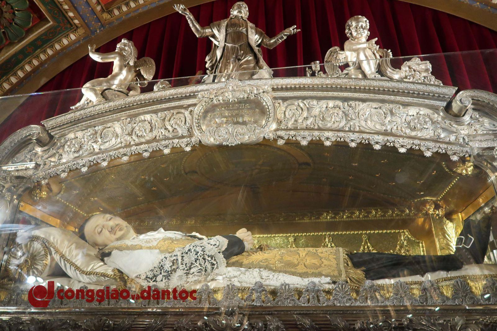 Viếng di hài thánh Vinh sơn Phaolô tại Paris - 2