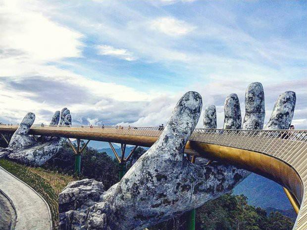 Ngắm cảnh từ cây cầu vàng được nâng đỡ bởi đôi bàn tay khổng lồ ở Đà Nẵng - 3