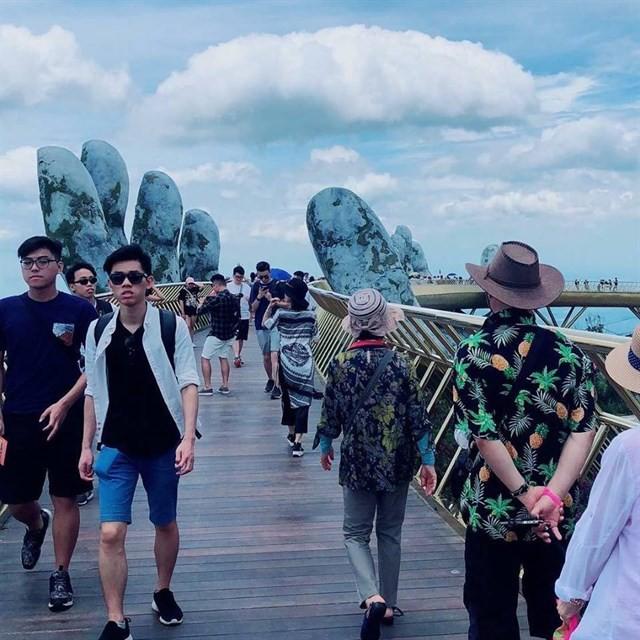 Ngắm cảnh từ cây cầu vàng được nâng đỡ bởi đôi bàn tay khổng lồ ở Đà Nẵng - 9