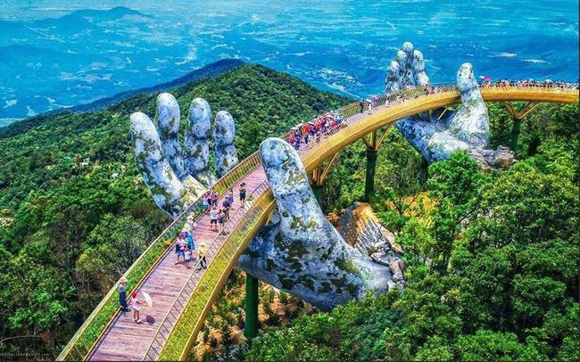 Ngắm cảnh từ cây cầu vàng được nâng đỡ bởi đôi bàn tay khổng lồ ở Đà Nẵng - 1