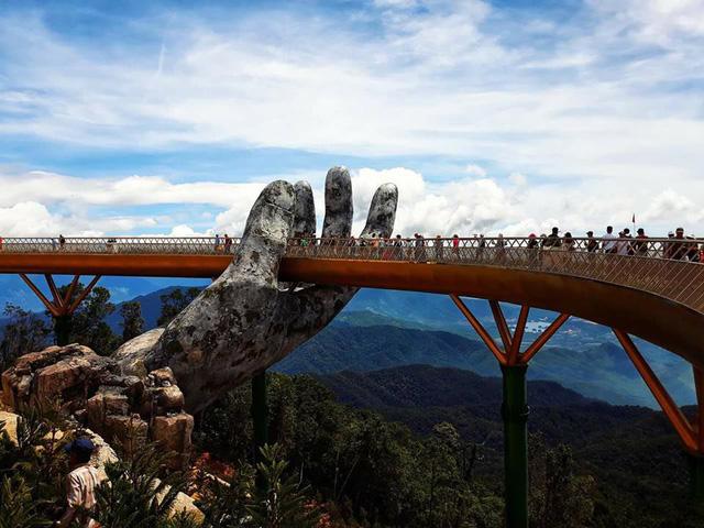 Ngắm cảnh từ cây cầu vàng được nâng đỡ bởi đôi bàn tay khổng lồ ở Đà Nẵng - 4