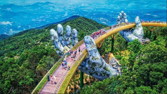 Ngắm cảnh từ cây cầu vàng được nâng đỡ bởi đôi bàn tay khổng lồ ở Đà Nẵng - 2