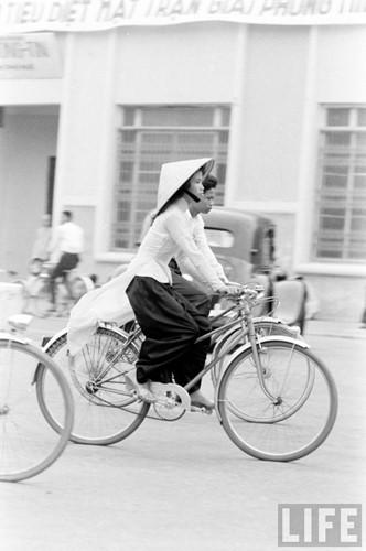 Thiếu nữ áo dài Huế xưa trên xe đạp - 13