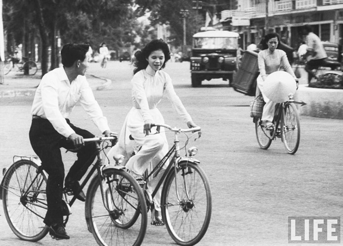 Thiếu nữ áo dài Huế xưa trên xe đạp - 2