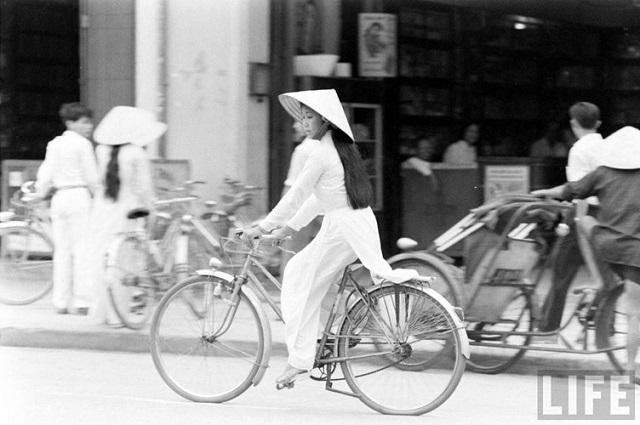 Thiếu nữ áo dài Huế xưa trên xe đạp - 16